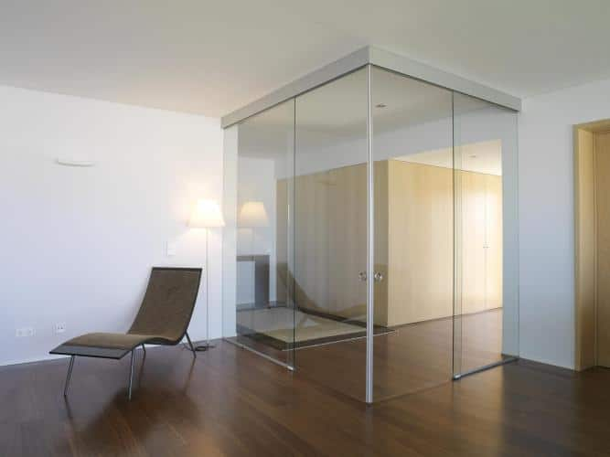 divide ambiances through synchronized bi-parting glass doors