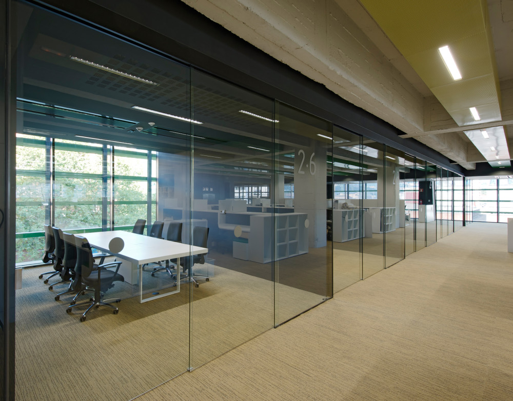 5 benefits to frameless glass interior walls for Office wall interior