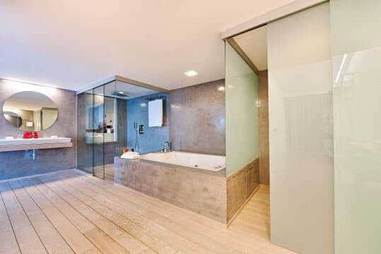 klein-frameless-glass-walls-hotel-bathroom