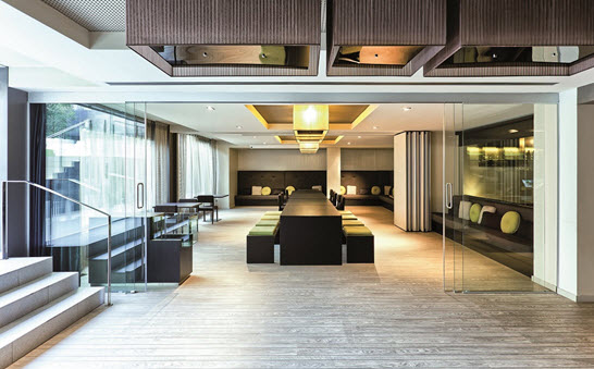 klein-frameless-glass-walls-hotel-lobby